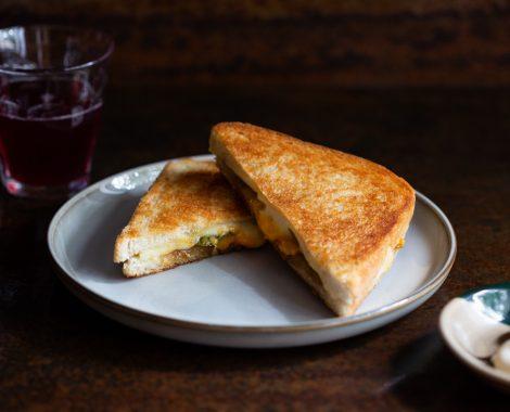 Sýrový toast se zelenými rajčaty